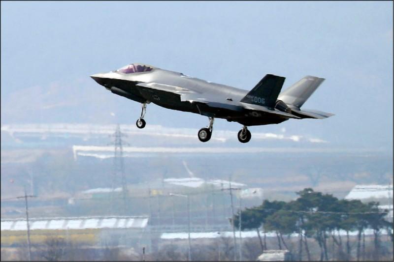 美國川普政府十七日正式宣布將土耳其踢出F-35匿蹤戰鬥機開發計畫,以報復土國採用俄羅斯、有竊取F-35機密之虞的防空系統。圖為今年三月飛抵南韓的一架F-35A戰機。 (美聯社)