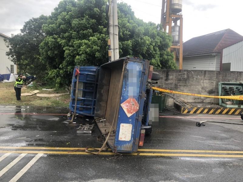 小貨車自撞電桿側翻 載運瓦斯桶掉落疑漏氣