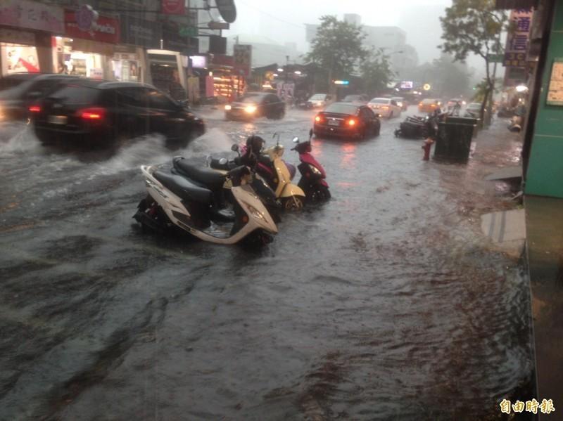 豪大雨狂襲,高雄市區多處淹積水(記者黃旭磊攝)