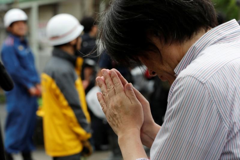 今日許多民眾前往現場獻花,向死亡的罹難者哀悼。(路透)