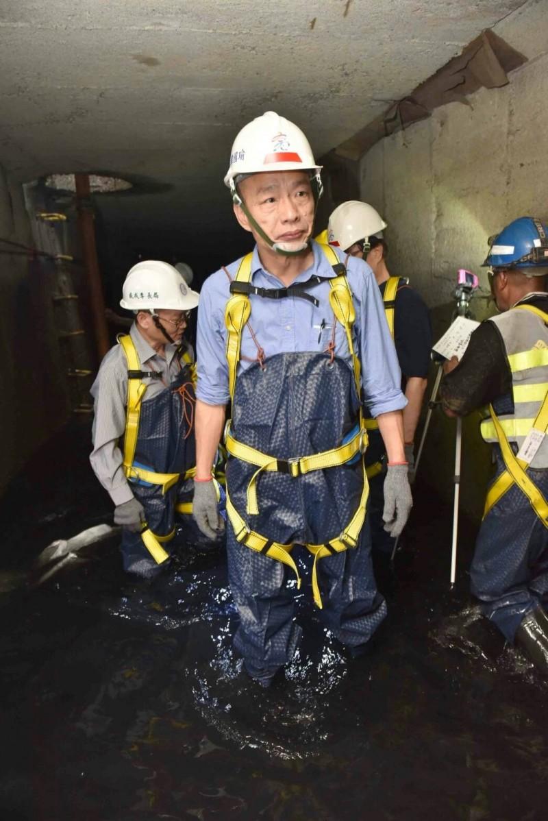 韓國瑜5日視察雨水下水道清疏不到10分鐘,今日被網友砲轟。(記者陳文嬋翻攝)