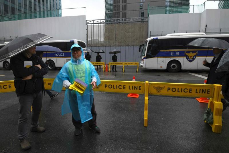 日本駐韓國首爾大使館外,今(19日)凌晨發生男子駕車自焚的事故。圖為日本駐首爾大使館外一景。(法新社)