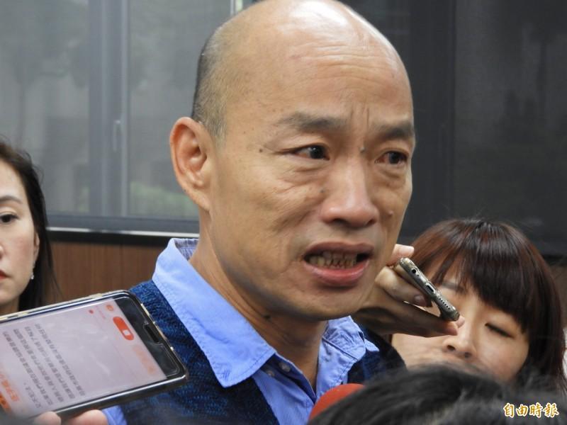 高市府災害應變中心今下午二級開設,市長韓國瑜坐鎮聽取災情回報,但因為數個區公所遲到或缺席而動怒。(記者黃旭磊攝)