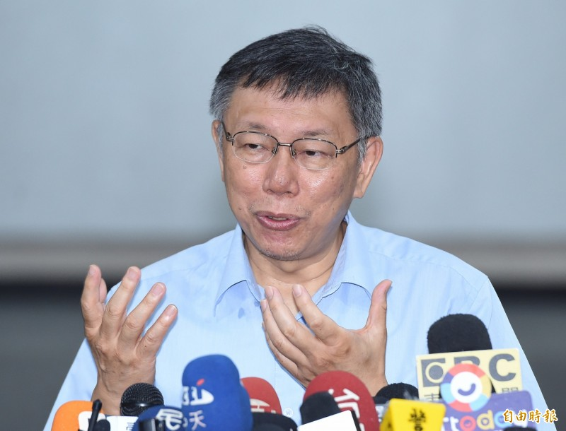 2020總統大選藍綠人選就定位,至今未鬆口的台北市長柯文哲近來火力全開,砲打藍綠,柯文哲今早受訪時抨擊火力依舊不減,大酸藍綠兩黨總統參選人選,表示台灣走到今天這個地步,「只有草包跟菜包可以選擇,實在真糟糕」。(記者廖振輝攝)