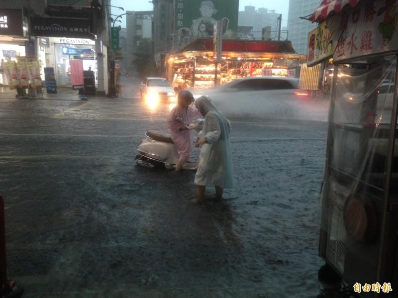 豪大雨今下午狂襲高雄市區,多處淹水。(記者黃旭磊攝)