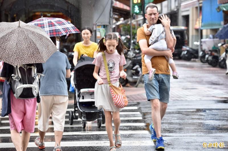 氣象局表示,低壓帶帶來暖濕、偏強的西南風,中南部及台東雨勢明顯且較為持續。(資料照)