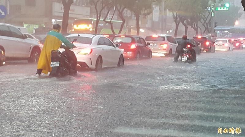 高雄市今天下起大雷雨,有3個區時雨量破百毫米,造成鳳山、三民等多區淹大水,人車宛如水上行舟,造成許多車子拋錨,水還淹進住家。(記者陳文嬋攝)