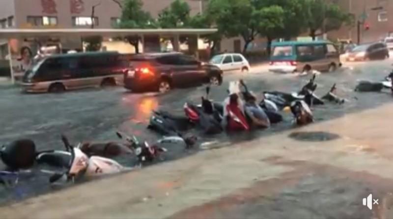 有網友貼出一段高雄醫學大學附近淹水的影片,好幾輛機車倒成一排泡在水裡,慘成泡水車。(圖擷取自臉書粉專「高雄歹過日」)