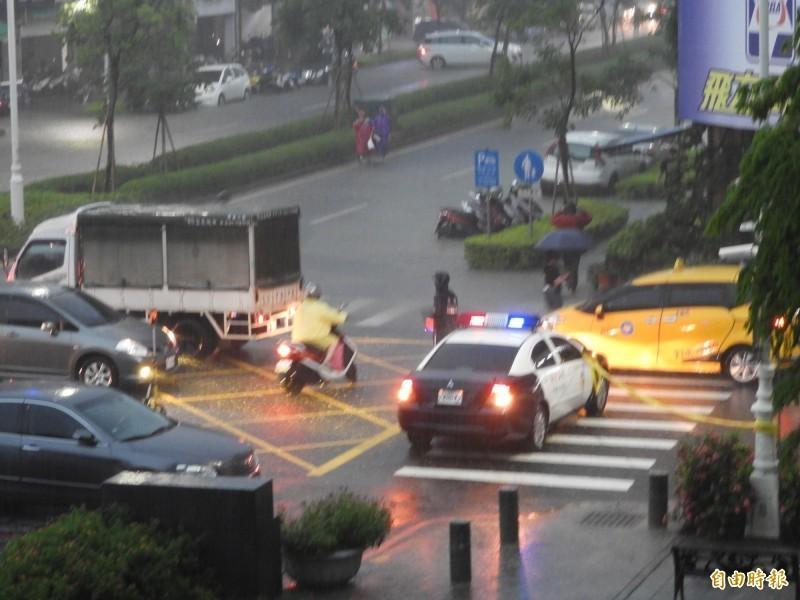 高市府鳳山中心前的光復路傳出淹水。(記者葛祐豪攝)