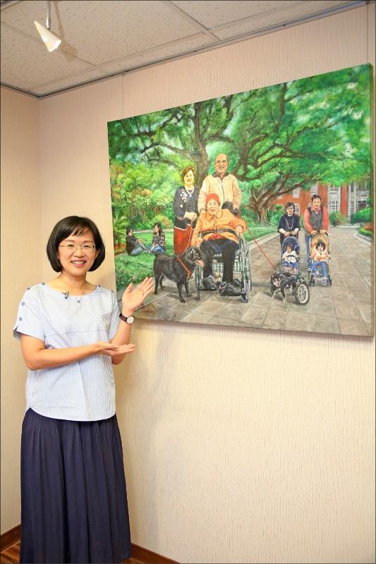 立法委員蘇巧慧(左)的母親詹秀齡喜歡繪畫,曾將家中兩犬畫在畫作中。(記者沈昱嘉/攝影)