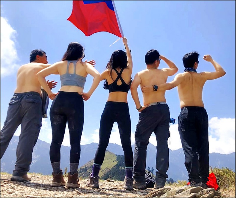 正妹Summer lu與山友登上奇萊北峰穿上比基尼,一起揮舞國旗。(記者蔡淑媛翻攝自Sunmer lu臉書)