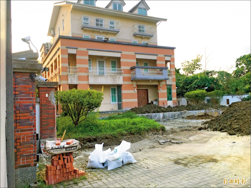 雲林縣府、古坑鄉公所昨前往高雄市長韓國瑜夫婦古坑農舍會勘丈量。(記者黃淑莉攝)