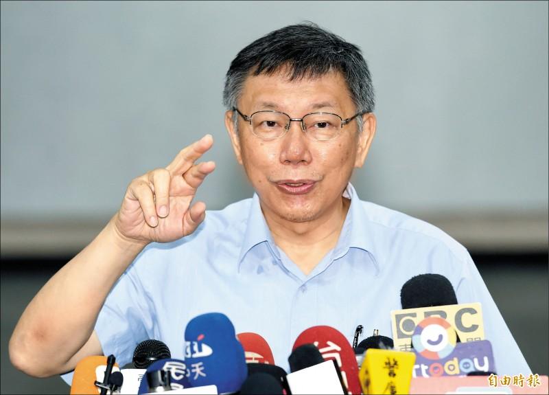 台北市長柯文哲19日在市府大樓接受媒體聯訪,他表示,「台灣走到這個地步,只有草包與菜包可以選擇,實在是真糟糕」。(記者廖振輝攝)