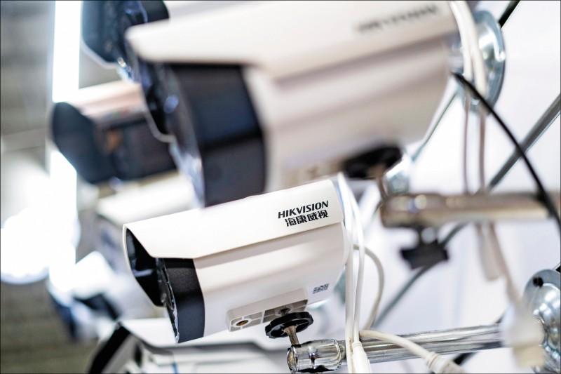 繼台中市遭爆使用中國海康威視的監視器後,高雄市議會也發現使用海康威視的監視器。圖為海康威視監視器(HIKVISION)。(法新社檔案照)