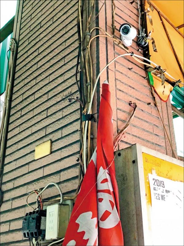 高雄市議員陳致中表示,服務處內外共有四支監視器,正是參與天網、維族再教育營的中國海康威視。(記者葛祐豪翻攝)