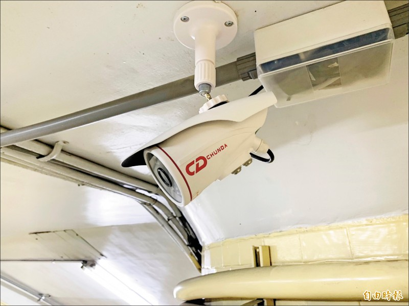台中市台灣大道多處地下道裝設的中國海康威視監視器,正逐步汰換台灣本地產品。(記者黃鐘山攝)