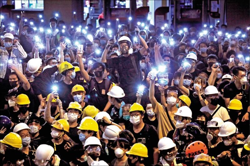 自由亞洲電台報導,香港七月一日攻佔立法會抗爭後,陸續有十多名當日的抗議者來台尋求庇護。圖為「反送中」抗議民眾以雨傘等障礙物擋住沙田區道路。(美聯社檔案照)