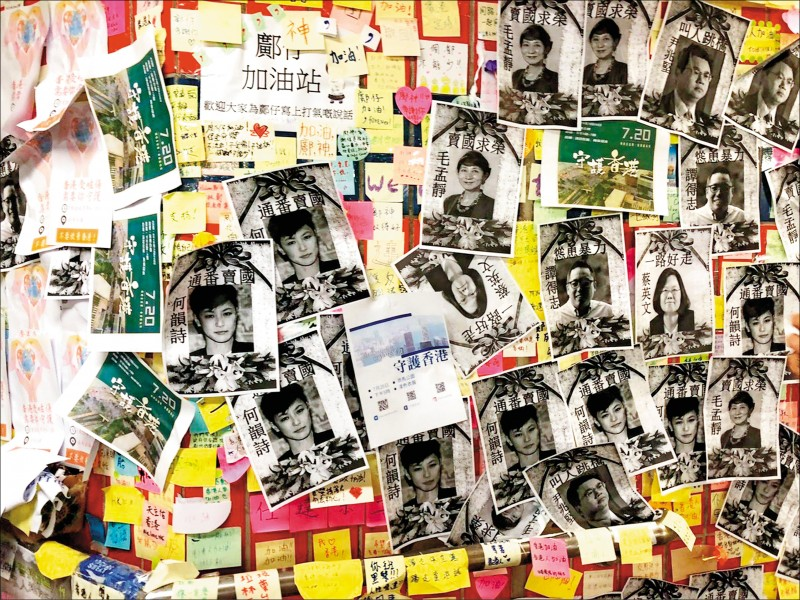 藍儂牆便利貼落了一地,換上包括民主派立法會議員以及台灣總統蔡英文等「反送中」人士的頭像,並以種種惡毒詞語咒罵。(取自網路)