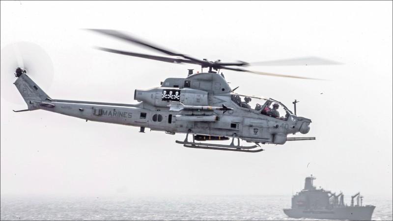 一艘AH-1Z直升機十八日準備降落於拳師號飛行甲板。(路透)