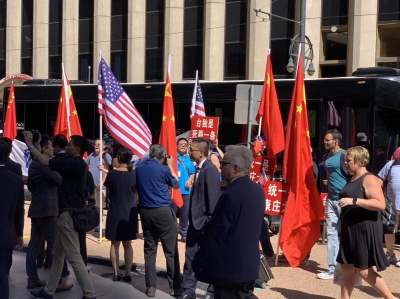 蔡總統過境美國丹佛,中國僑民於蔡英文下榻飯店外抗議。(立委羅致政提供)