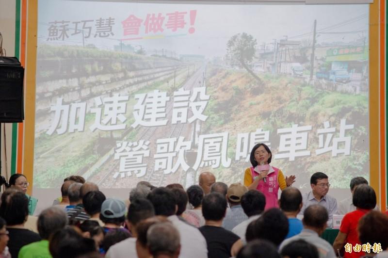 蘇巧慧邀王國材、胡湘麟到場說明台鐵鳳鳴站籌設進度。(記者翁聿煌攝)
