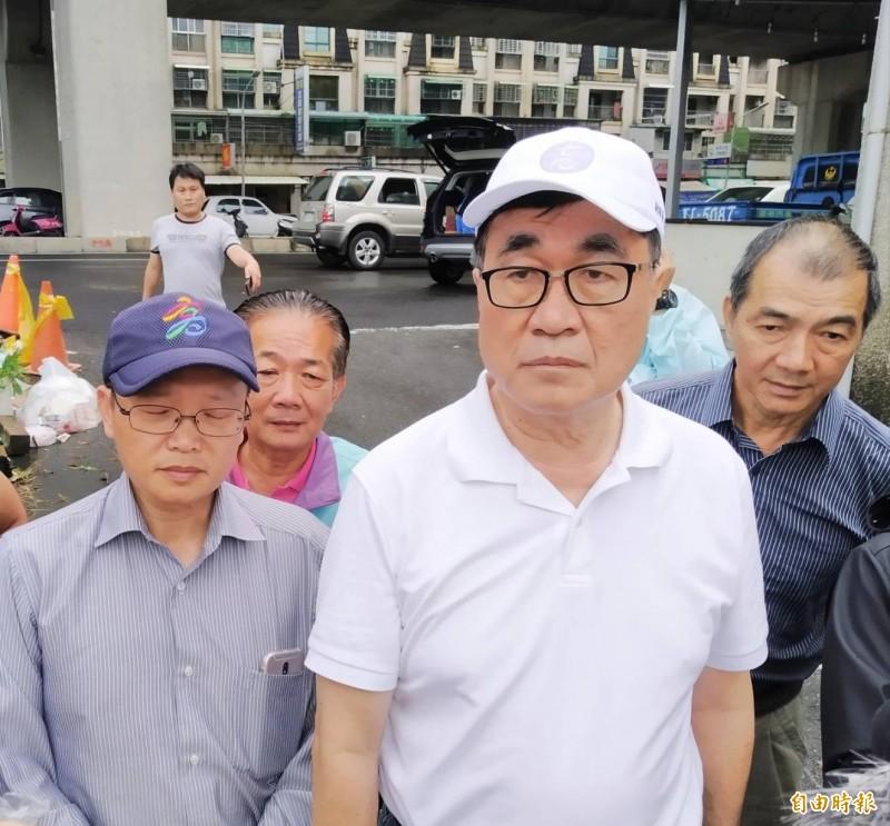 李四川(中)說,韓國瑜在高雄,兩人從昨晚就保持聯繫。(記者洪定宏攝)
