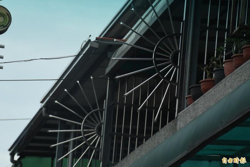 陽台裝置放射狀欄杆,主要功能是防盜。(記者林國賢攝)