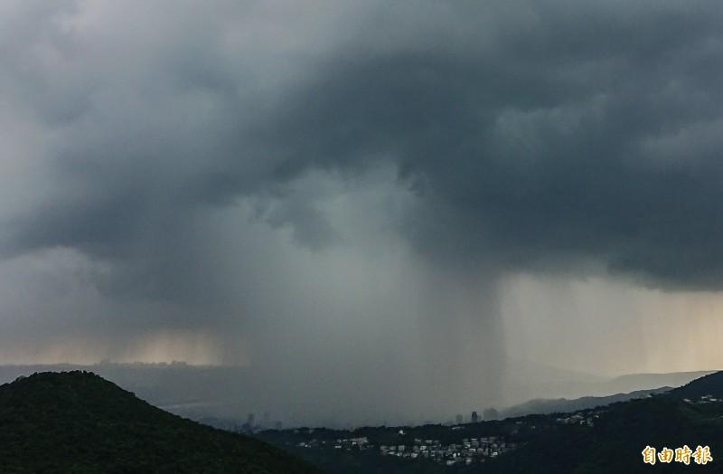 台北市20日下午下起午後雷陣雨,烏雲聚集在北投區上空,暴雨如瀑布般傾瀉而下,十分壯觀。(記者鹿俊為攝)