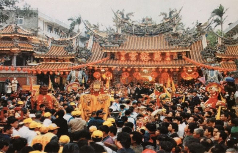 22年前「戀戀中港」文化季的聯合遶境盛況。(翻攝自《故鄉常新.文化長青》)