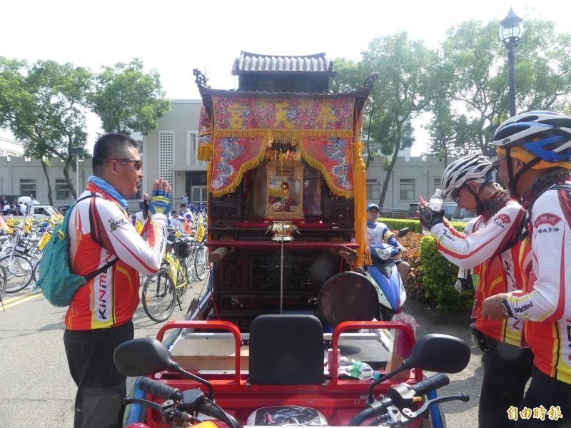 嘉義奉天宮媽祖隨著車隊巡安,車友上前行禮並祈求一路平安。(記者吳正庭攝)