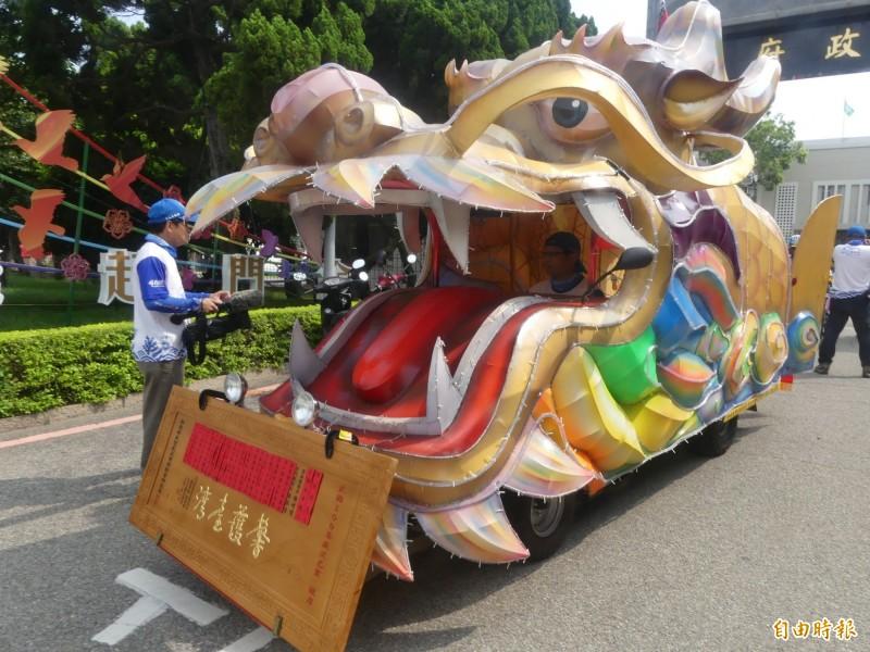 嘉義奉天宮「馨護台灣、騎島平安」自行車隊由龍頭車擔任前導。(記者吳正庭攝)