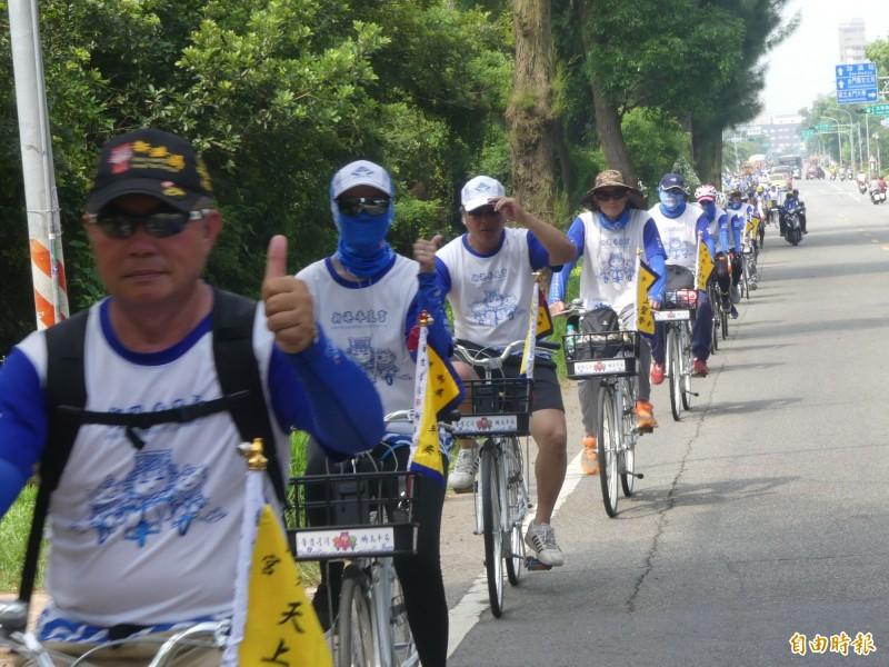 「馨護台灣、騎島平安」自行車隊井然有序騎在金門的道路上。(記者吳正庭攝)
