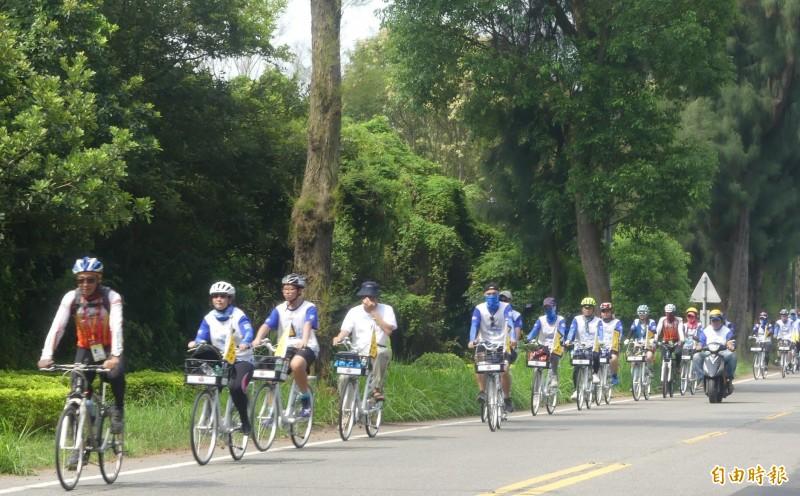 「馨護台灣、騎島平安」自行車隊悠然馳騁在金門綠色隧道中。(記者吳正庭攝)