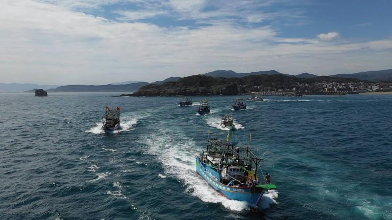 基隆外木山年度盛事王爺巡港文化祭,王爺與護駕的船隊在海上遶境,相當壯觀。(基隆市政府提供)