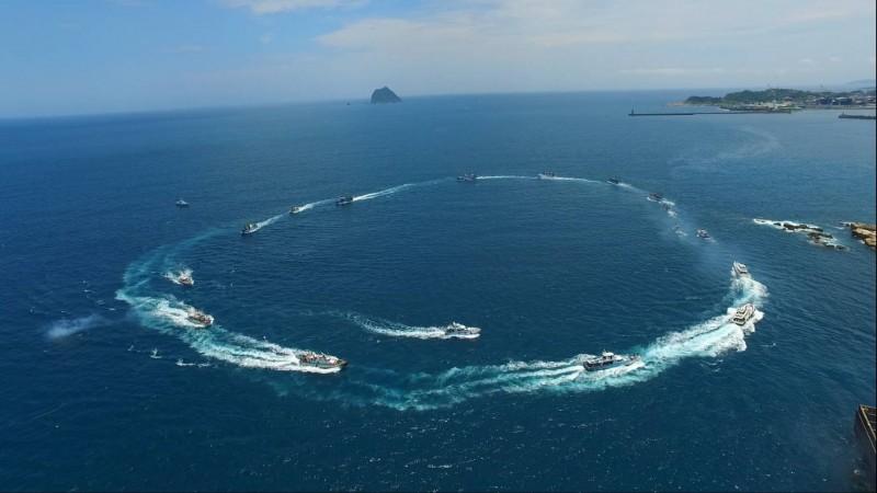 20艘漁船浩浩蕩蕩伴隨王爺出海遶境,祈求合境平安,漁貨滿艙,場面浩大。(基隆市政府提供)