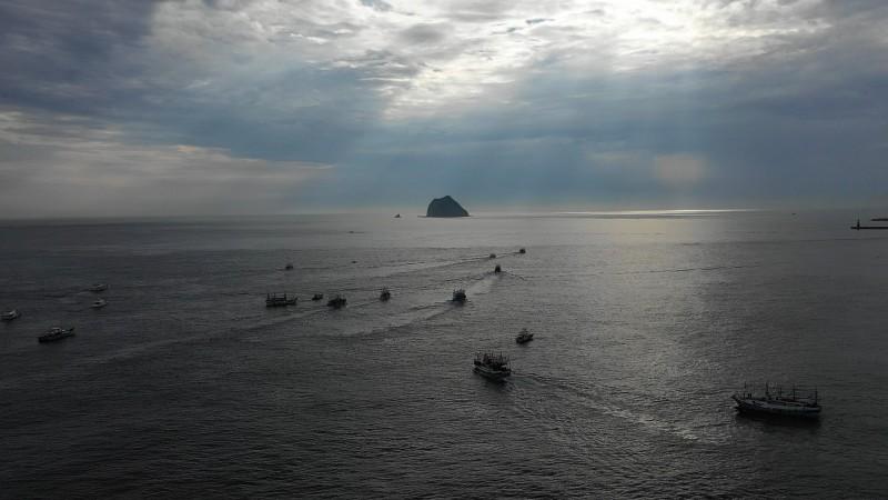 王爺船隊從外木山漁港出海,進行神聖的遶境巡江。(基隆市政府提供)