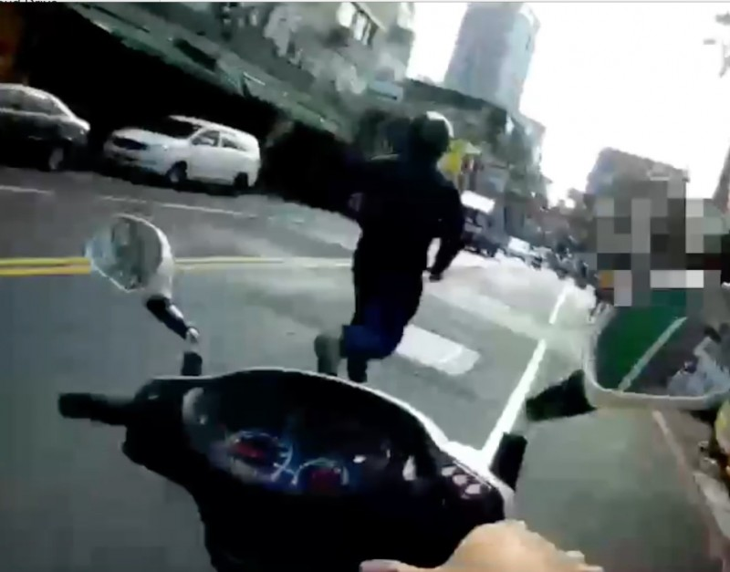 新北市一名40歲蘇姓男子,日前因詐欺未到案遭法院通緝,今上午與友人騎車出門巧遇員警攔檢,蘇男立即逃跑。(記者陳薏云翻攝)