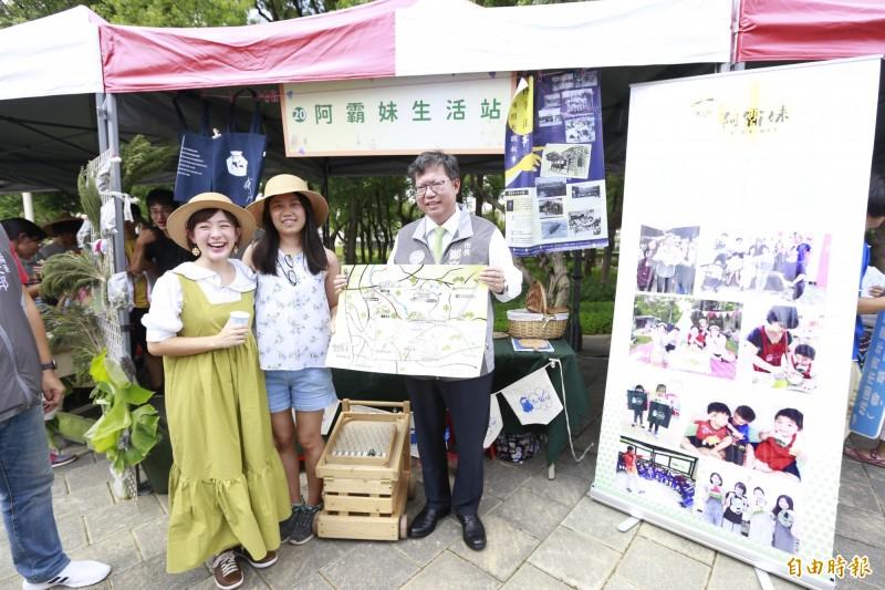 市長鄭文燦與NPO宣傳大使林彥君(左一)參觀NPO組織的攤位。(記者謝武雄攝)