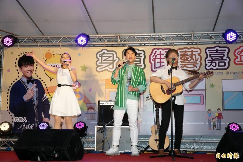 新北身障街藝嘉年華活動代言人陳漢典(中)與身障藝人合唱《我的未來不是夢》。(記者賴筱桐攝)