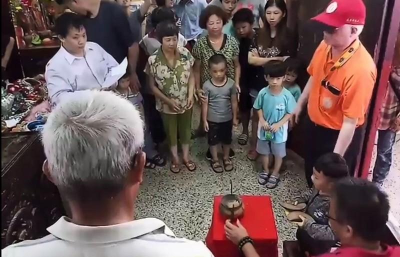 學甲集和宮蜈蚣陣體驗營選角 幼童擲出1聖杯就獲選皇帝
