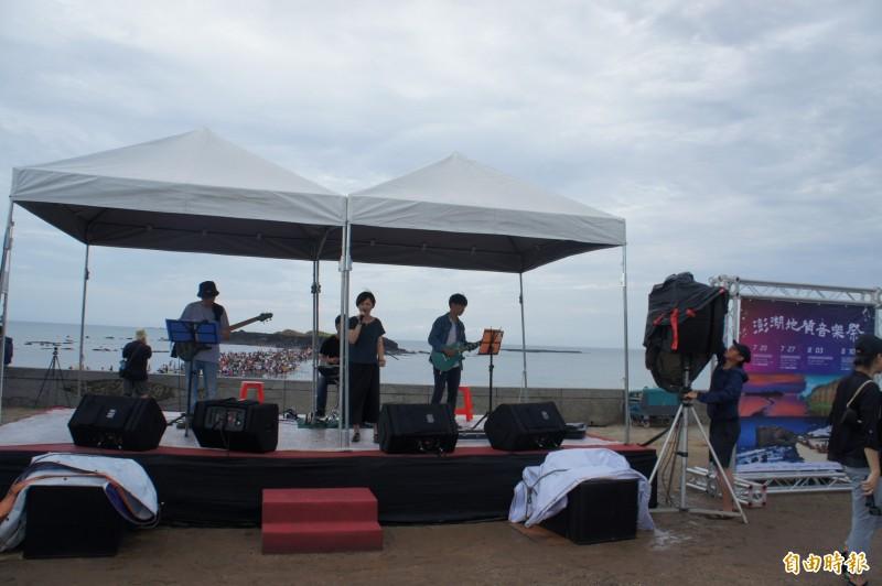澎湖地質音樂祭開幕,人潮都跑去摩西分海,根本沒人聽音樂表演。(記者劉禹慶攝)