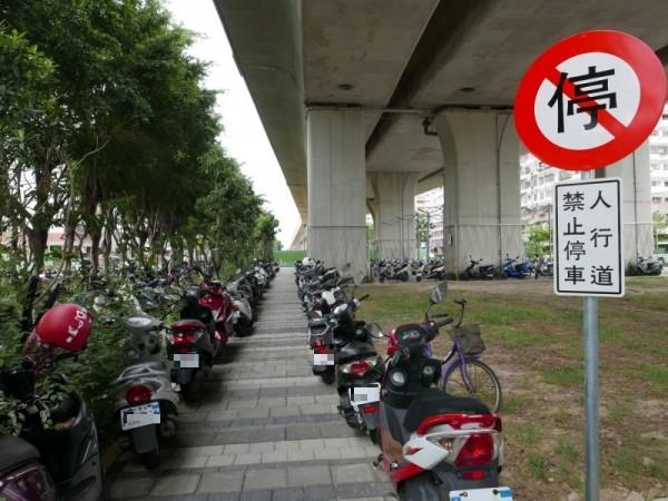 太原火車站高架鐵道下廊道停滿機車,無視一旁豎立禁停標誌。(記者蔡淑媛攝)