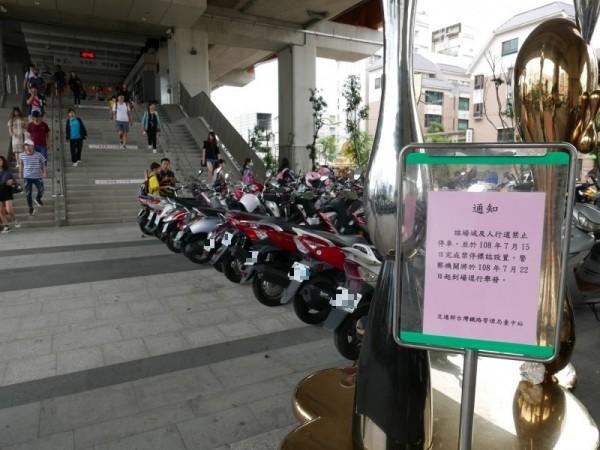 太原火車站一樓廣場下停滿機車,一旁豎立台鐵禁停通告,無人理會,繼續亂停。(記者蔡淑媛攝)