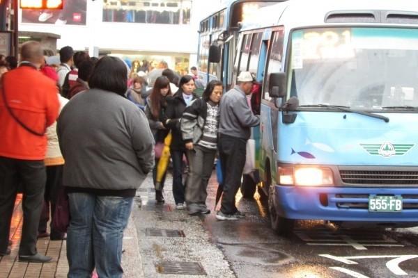 等公車應守規矩排隊,勿亂插隊造成不必要的身體碰撞,以免吃上性騷擾官司。圖與本新聞無關。(資料照,記者盧賢秀攝)
