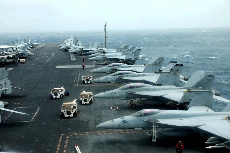 部署在荷莫茲海峽附近阿曼灣的美軍林肯號航空母艦F/A-18F艦載機。(路透)