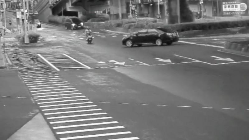 汽車闖紅燈撞機車 騎士傷重不治影片曝光