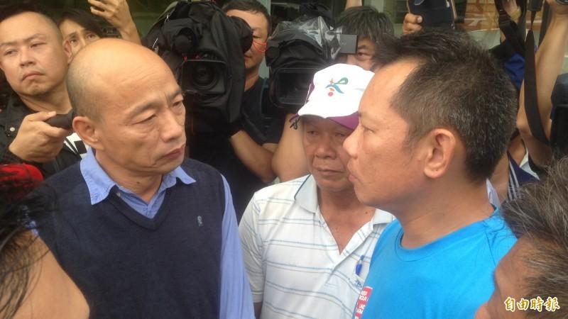 韓國瑜今日下午4時30分左右,到裕藏富邑大廈的地下室勘災。(記者黃旭磊攝)