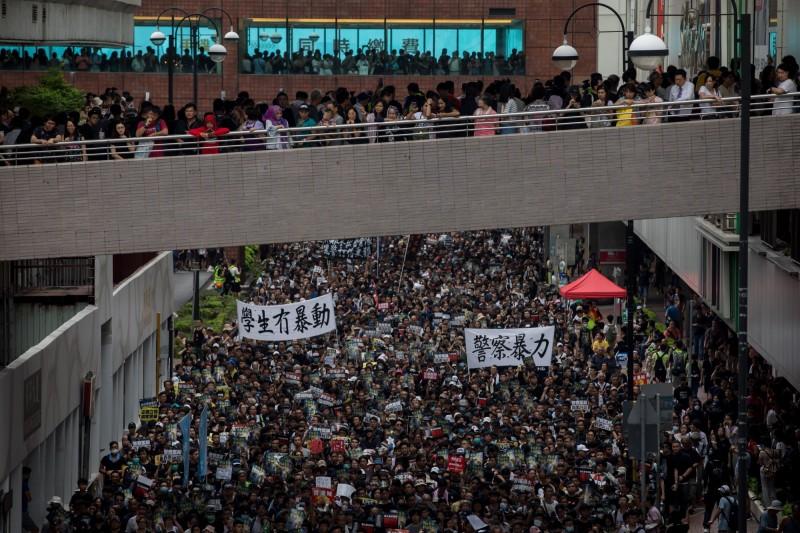 民陣將於明(21)日再度號召香港民眾上街遊行,訴求就反送中期間衝突成立獨立調查委員會。圖為14日香港沙田區反送中遊行情形。(彭博)