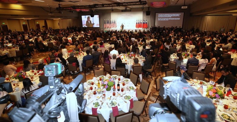 總統蔡英文19日(當地時間)抵達美國丹佛市,晚間與當地主流暨僑界人士晚宴。(中央社)