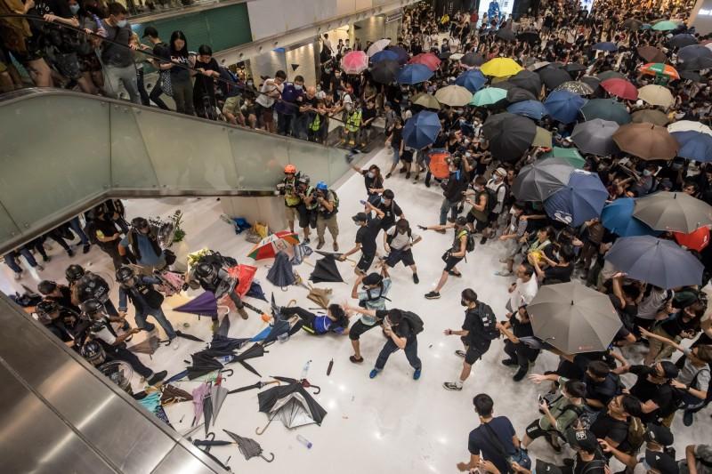 14日晚間沙田區遊行後,警方進入新城市廣場逮人。香港網友質疑商場管理方恣意放行,近日持續發起不合作運動,希望癱瘓商場運作。(彭博)